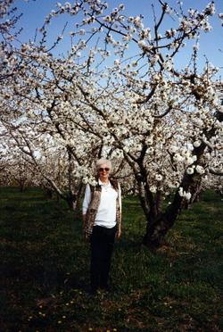 Mom_in_yakima_orchard